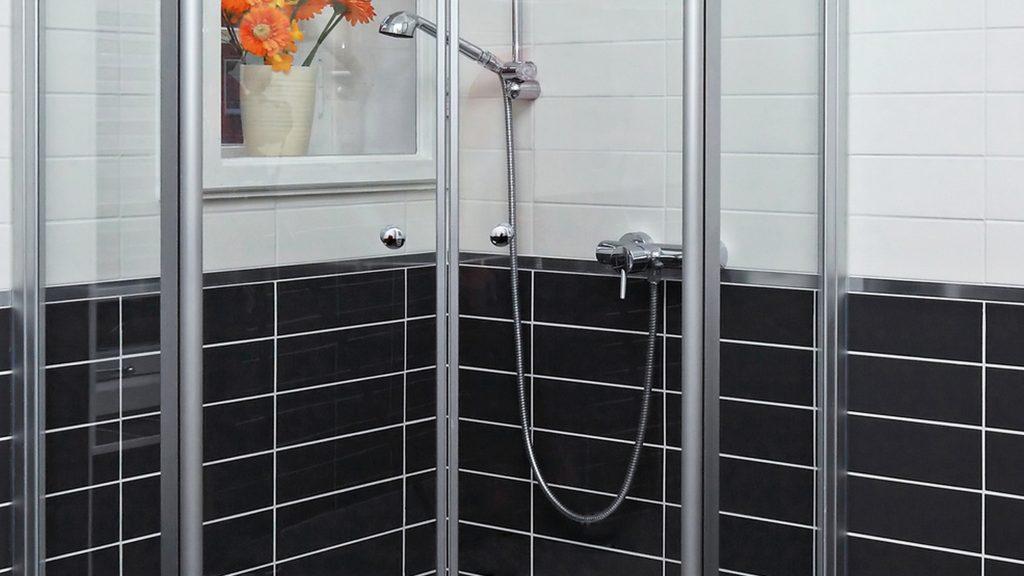 essig hausmittel zur pflege der dusche. Black Bedroom Furniture Sets. Home Design Ideas